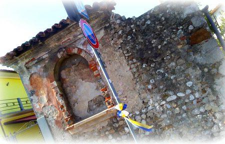Vergognoso palo segnaletico di fronte a storica edicola votiva udinese…